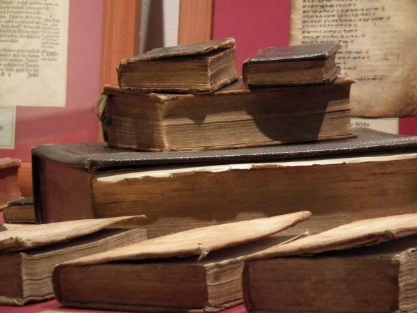 7 Biblias Antiguas sobre escritorio