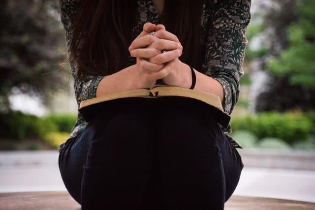 Mujer con la biblia orando