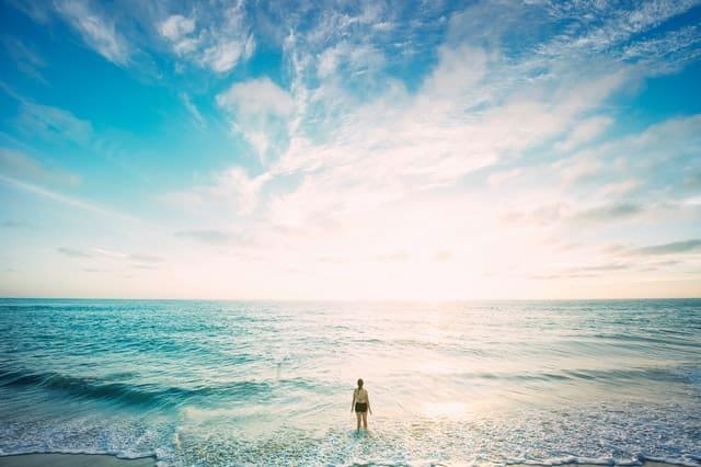 Persona en la orilla del mar