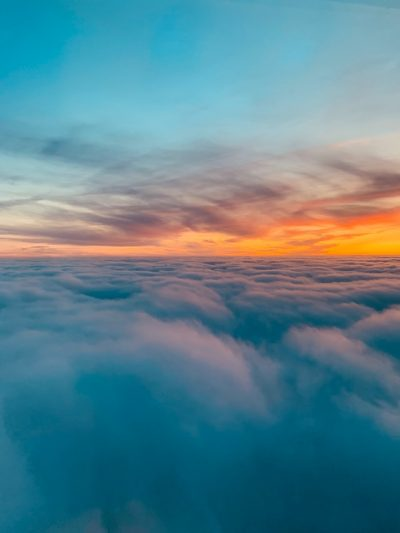 Cielo con nubes reflejo del sol