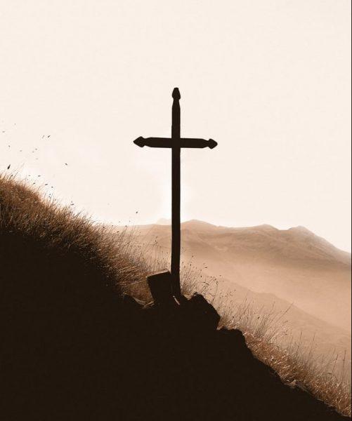 Cruz de madera en la montaña