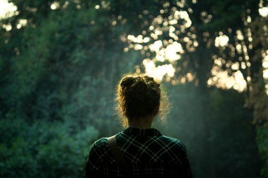 Mujer frente a los árboles