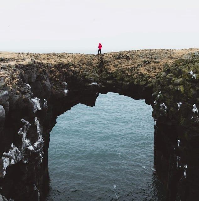 Hombre sobre puente de piedra
